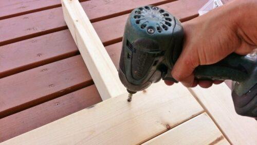 インパクトドライバーで木材を固定する