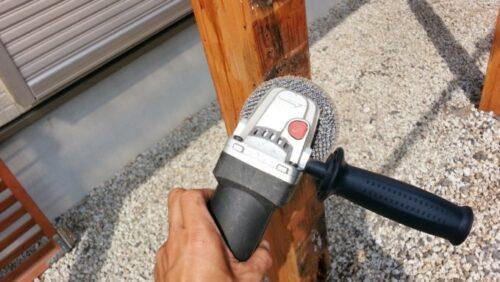 柱の腐った部分を削り取る