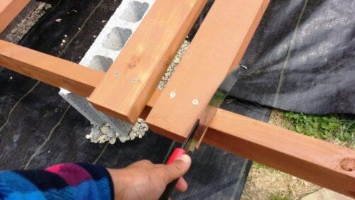 ウッドデッキの余分な木材を切る