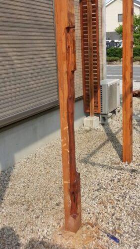 ウッドフェンスの柱の腐った部分を削り取った状態