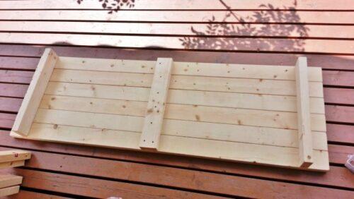 ガーデンテーブルの裏側に補強を取り付け