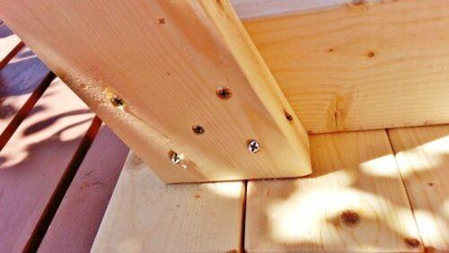 ガーデンテーブルの足を固定したところ