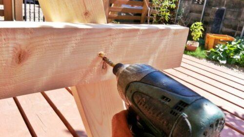 インパクトで柱の木材を固定する