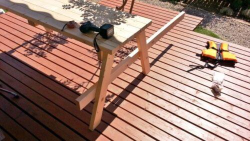 ガーデンテーブルのベンチ部分の柱を止める