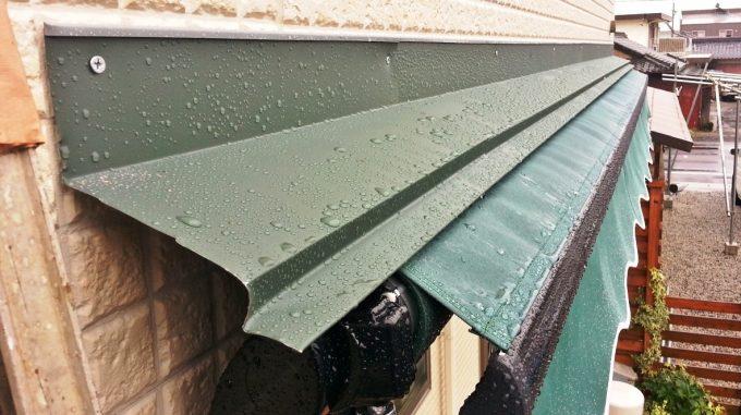 オーニングテントの隙間に雨押さえを取り付け