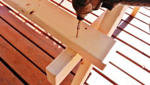 ベンチの天板をビスで固定する
