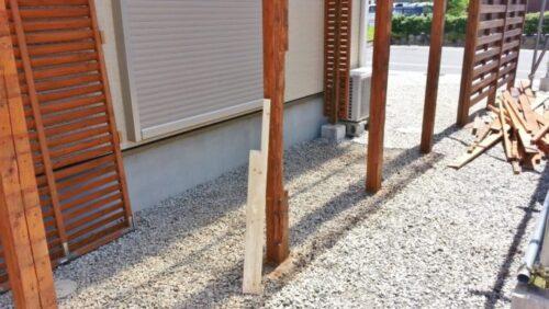 ウッドフェンスの柱の削り取った部分に肉付けする