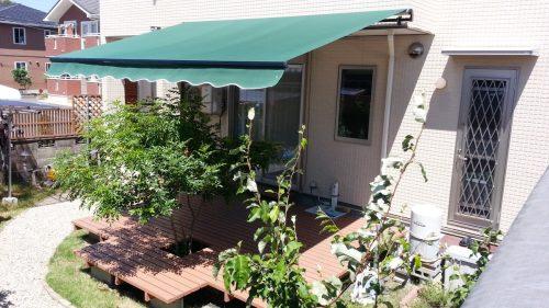 【日よけ雨よけ】ウッドデッキに屋根を簡単DIYする3つの方法