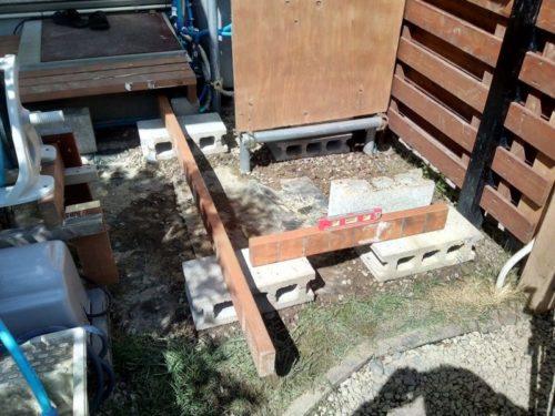 コンクリートブロックの上にウッドデッキの骨組みを作る